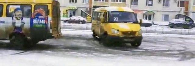 Водители маршруток в Ставрополе устроили «дрифт» на скользкой дороге