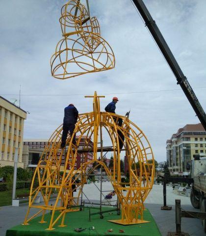 На Александровской площади Ставрополя идёт установка нового арт-объекта