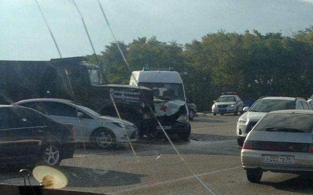 На Ставрополье столкнулись грузовик и машина скорой помощи