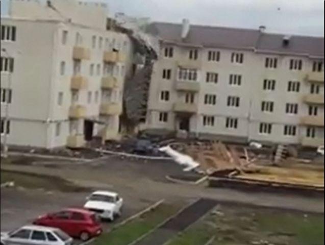 Обрушение крыши в коттеджном посёлке Михайловска попало на видео