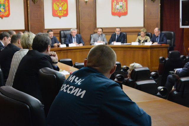 В Ставрополе оперативно устраняют последствия ураганного ветра