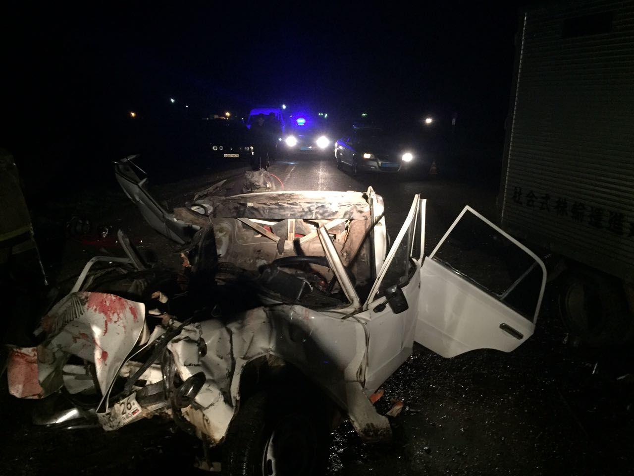 «Копейка» врезалась врефрижератор вИзобильненском округе. Три человека погибли, двое— ранены