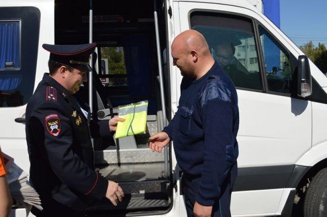 Ставропольские автоинспекторы надели на водителей общественного транспорта световозвращающие жилеты