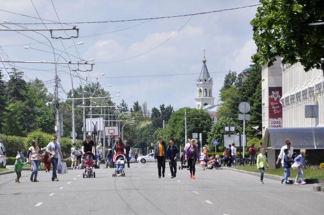 Тысячи горожан вышли на пешеходно-развлекательную прогулку в центре Ставрополя