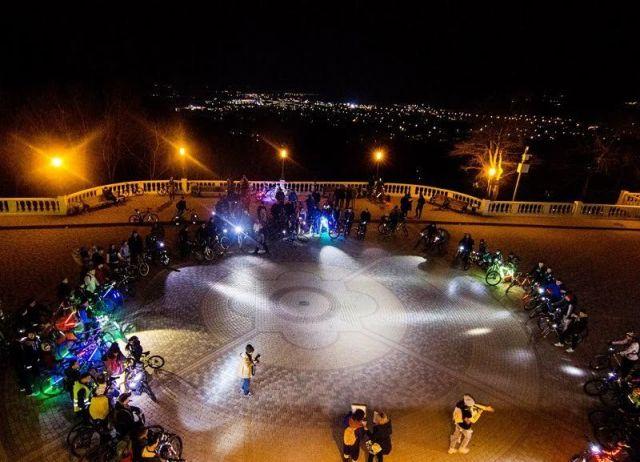 Ночные улицы Ставрополя и Пятигорска украсила колонна из 700 «Велосветлячков»