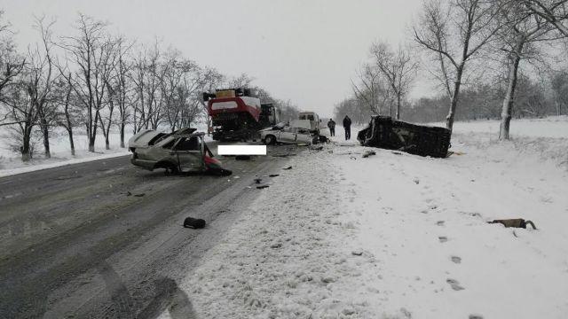 На Ставрополье легковушка столкнулась смикроавтобусом,один погиб, двое ранены