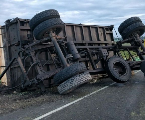 В Ставропольском крае на трассе у грузовика отсоединился прицеп с зерном