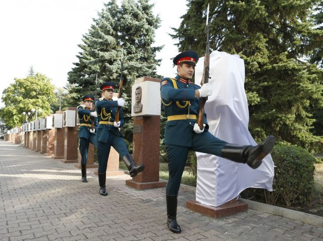 На Аллее почётных граждан Ставропольского края установили новые пилоны