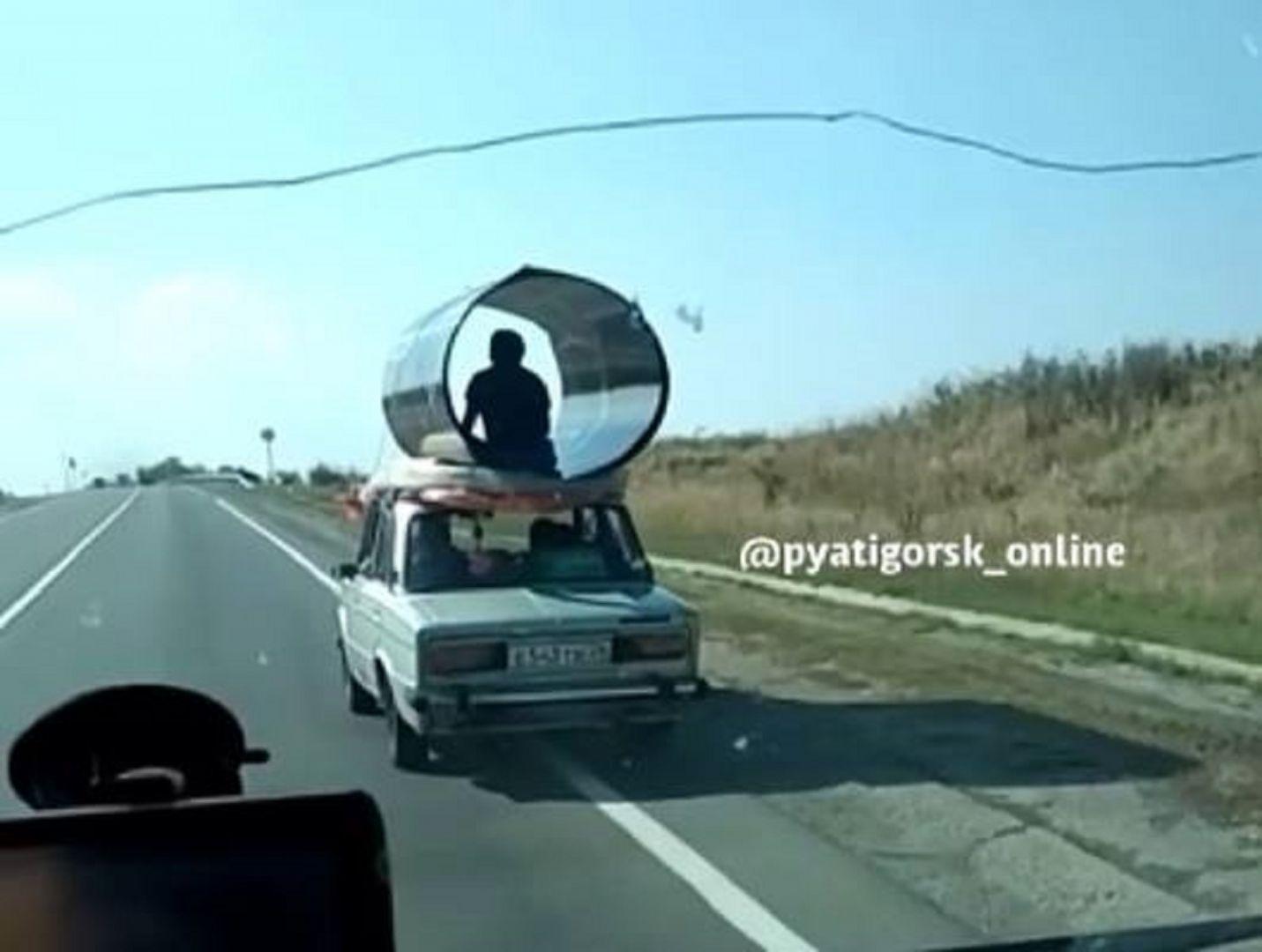 Житель Ставрополья прокатился на крыше легковушки в листе поликарбоната