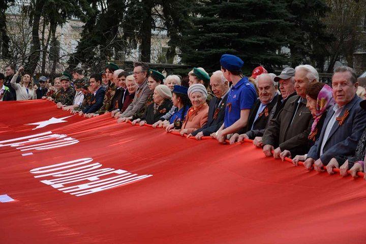 У Вечного огня в Ставрополе развернули 20-метровую копию Знамени Победы