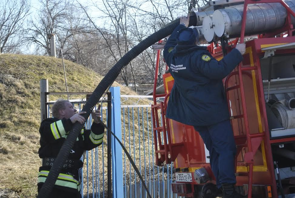 ВКазинке спасателям довелось откачивать воду изшкольного подвала