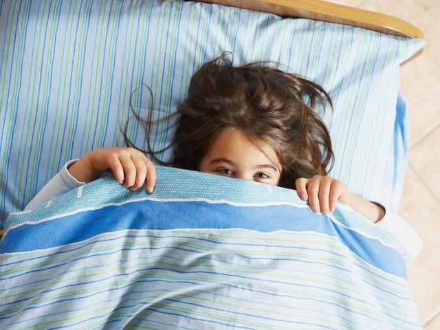 В Кисловодске спасатели достали ребёнка, застрявшего между кроваткой и стенкой