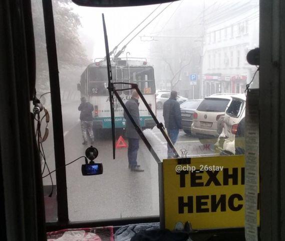 Троллейбус протаранил автомобили в Ставрополе