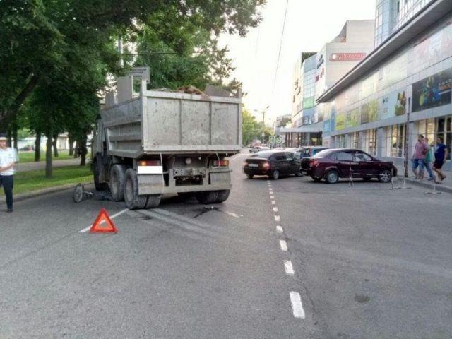 В центре Ставрополя под колёса КамАЗа попал 58-летний велосипедист