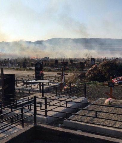 В Ессентуках произошло возгорание на территории городского кладбища