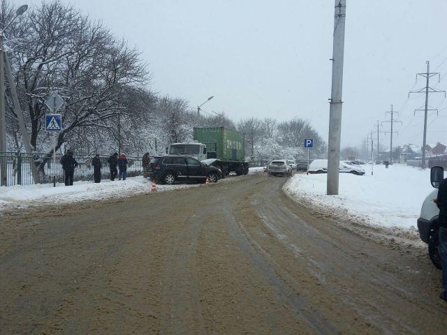 В Ставрополе легковушка столкнулась с грузовиком, пострадали два 13-летних пассажира
