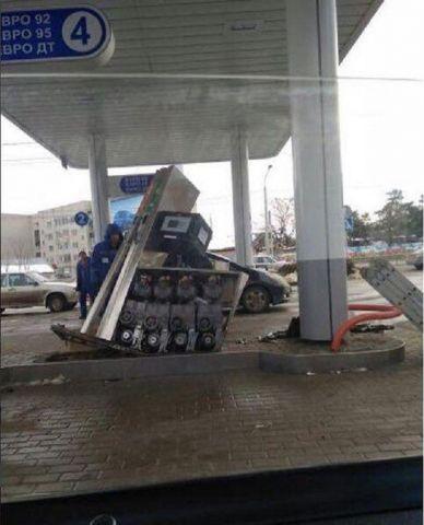 В Ставрополе водитель устроил погром на заправке, забыв вынуть пистолет из бензобака