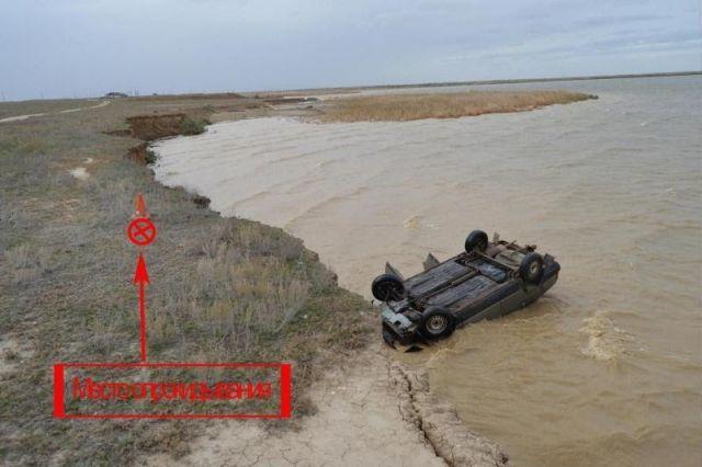 На Ставрополье легковушка съехала с дороги и упала в озеро, погиб водитель