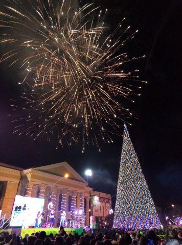 Собравшихся в новогоднюю ночь на площади Ленина ставропольцев удивил фейерверк