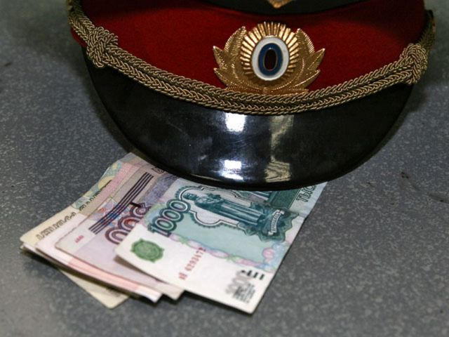 На Ставрополье бывшего полицейского осудили на семь лет за получение взятки