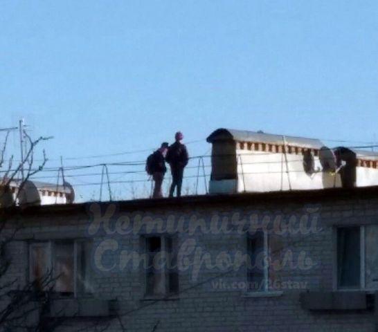 В Ставрополе школьники гуляют по крыше многоквартирного дома