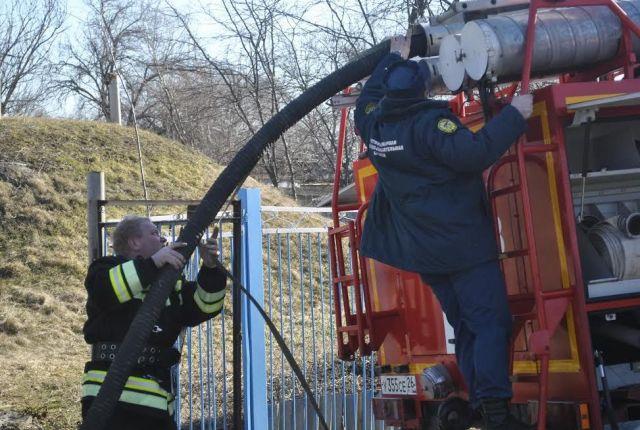 В Казинке спасателям пришлось откачивать воду из школьного подвала