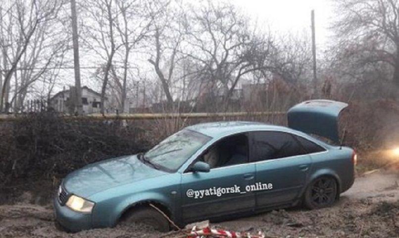 В Пятигорске иномарка провалилась в яму на дороге