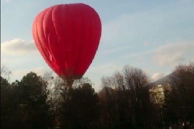 В Пятигорске во время запуска воздушный шар застрял на дереве