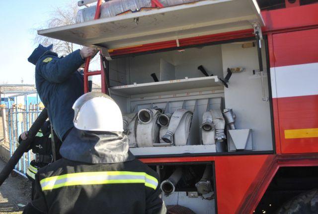 Ставропольские пожарные потушили баню и спасли от огня дом