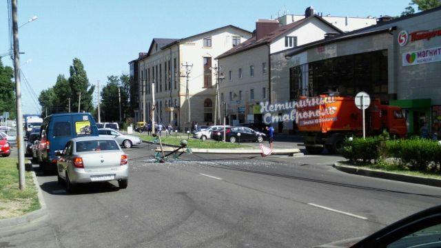 В Ставрополе мусоровоз сбил опору ЛЭП