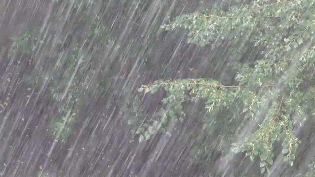 На Ставрополь вновь обрушился мощный ливень с градом