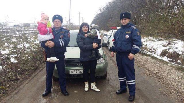 Ставропольские автоинспекторы оказали помощь женщине-водителю с двумя детьми