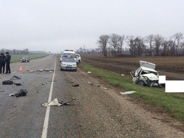 На Ставрополье легковушка врезалась в грузовик, погибли двое