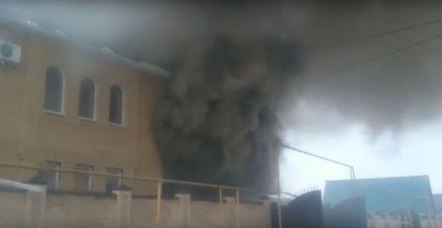 Очевидцы сняли на видео пожар в частном доме в Железноводске