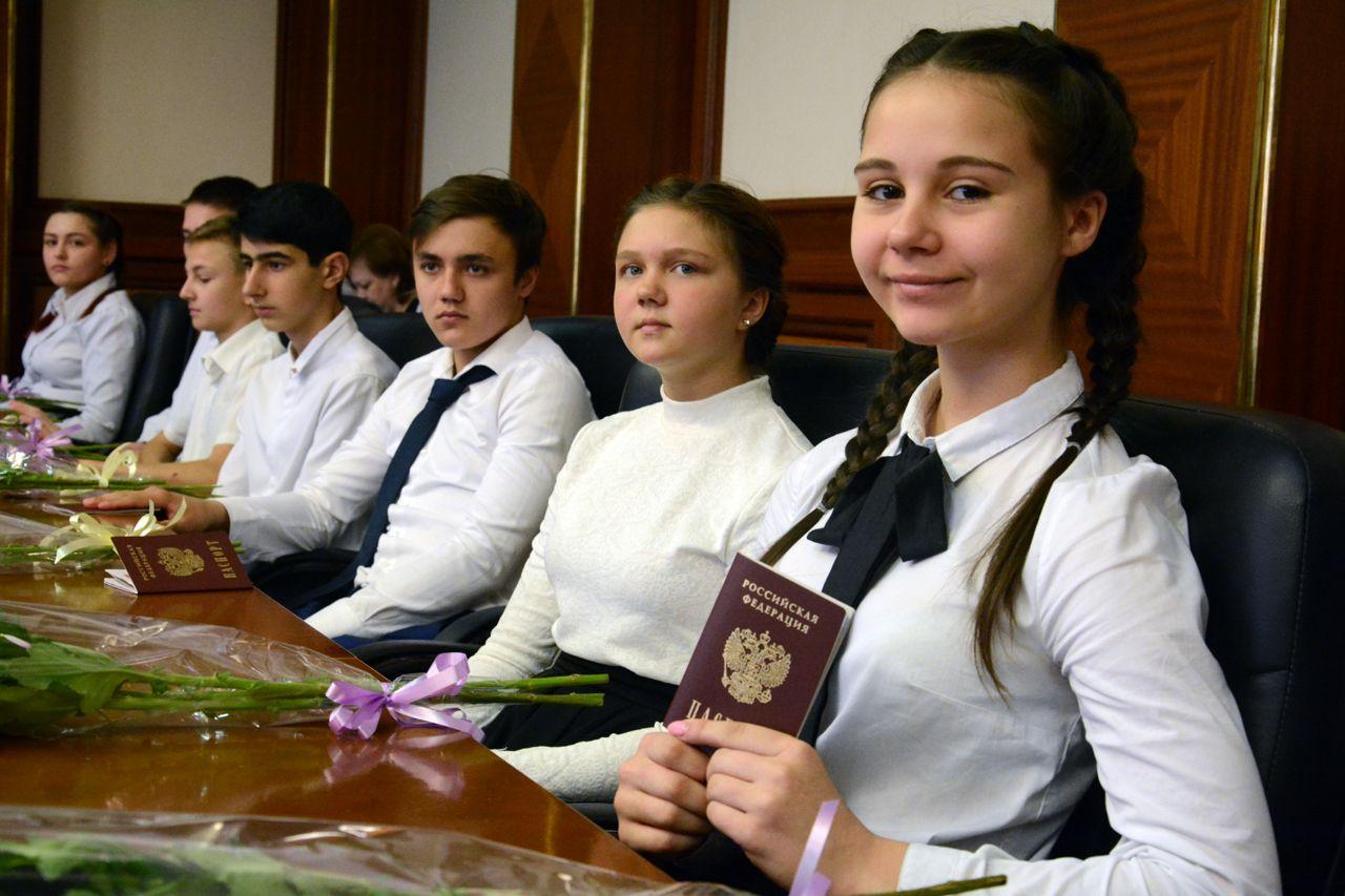 В преддверии Дня России первые паспорта получили 15 юных ставропольцев