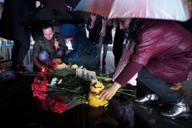 Ставропольцы несут цветы на Александровскую площадь, чтобы выразить соболезнования семьям погибших в Кемерове