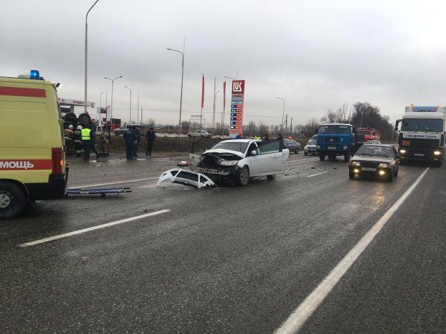 На Ставрополье легковушка врезалась в стоящий на обочине грузовик, есть пострадавшие