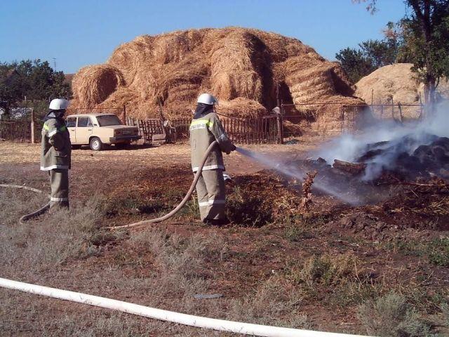 На Ставрополье пожарные потушили загоревшиеся скирды на территории частного дома