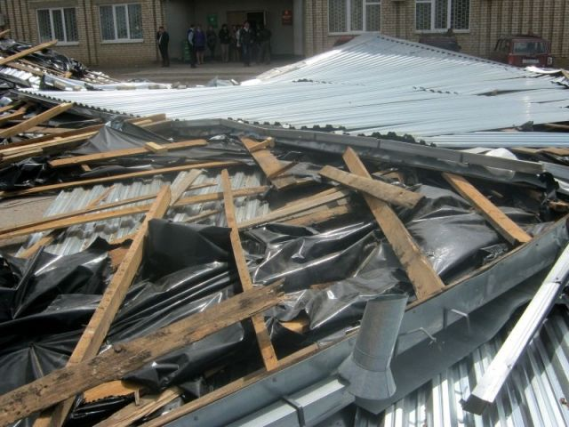 Сильный ветер сорвал ещё несколько крыш со ставропольских школ