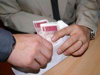 В получении взятки подозреваются двое судебных приставов