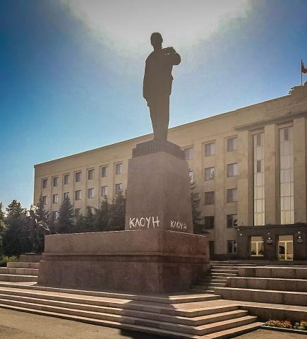 Вандалы разрисовали памятник Ленину на главной площади Ставрополя