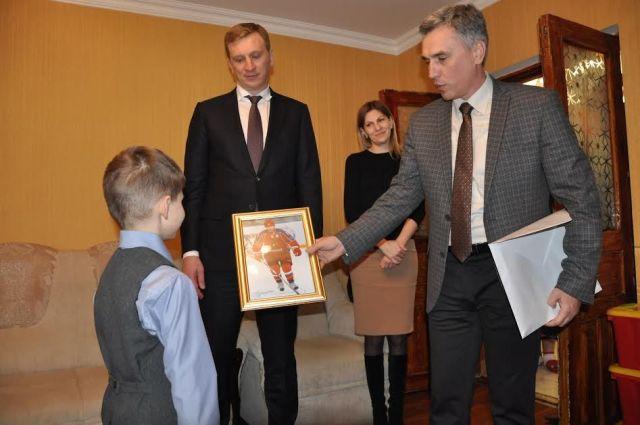 Ессентукскому школьнику подарили портрет президента с автографом