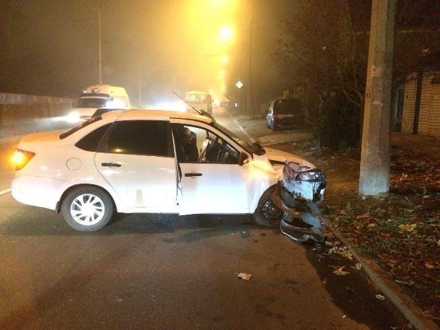 В Ставрополе водитель легковушки врезался в столб