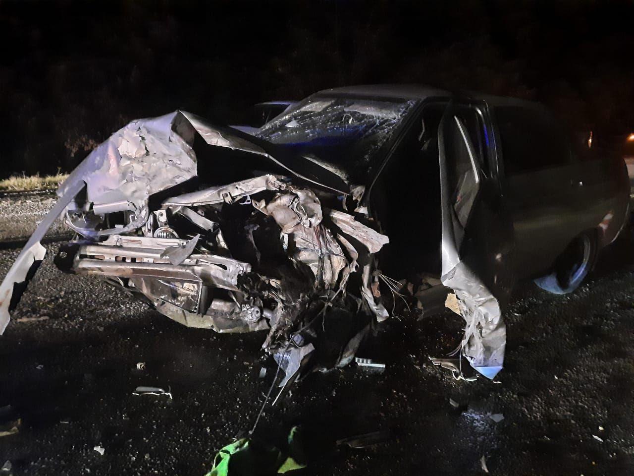 В ДТП с фурой на трассе Ставрополья пострадали шесть человек, в том числе трое детей