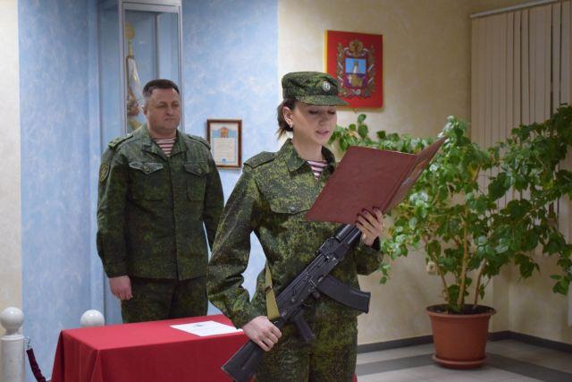 В ставропольском управлении Росгвардии девушки-военнослужащие приняли присягу