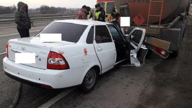 На Ставрополье в ДТП с бензовозом погиб пассажир легкового автомобиля