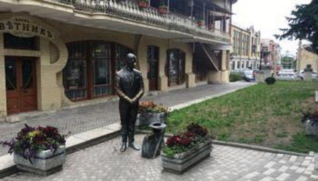 Новую шляпу для испорченной вандалами скульптуры Кисы Воробьянинова изготовили в Пятигорске
