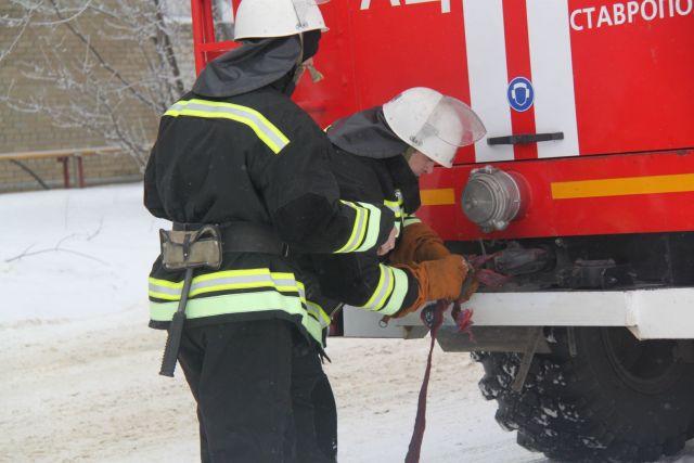 Пожарные Ставропольского края буксируют автомобили из снежных заносов