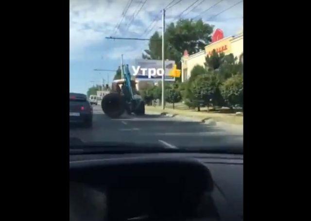 В Ставрополе трактор потерял колесо во время движения