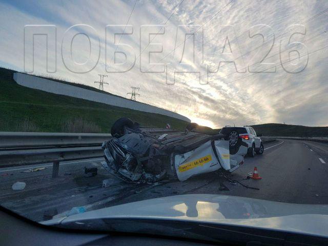 На трассе «Невинномысск — Ставрополь» столкнулись грузовик и такси